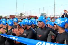 Triathletes che aspetta l'inizio della corsa di nuoto durante l'evento di Barcellona Garmin Triathlon Fotografie Stock Libere da Diritti