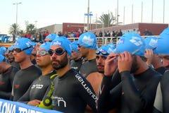 Triathletes che aspetta l'inizio della corsa di nuoto durante l'evento di Barcellona Garmin Triathlon Fotografia Stock