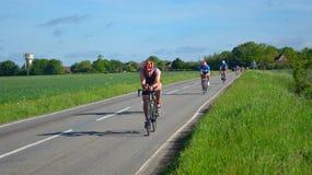 Triathletes na drogowej kolarstwo scenie triathlon Fotografia Royalty Free