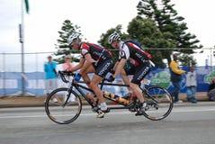 Triathletes op fiets achter elkaar
