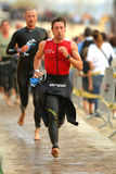 Triathletes op overgangsstreek Stock Foto's