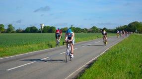 Triathletes sur l'étape de recyclage de route de l'équitation de triathlon dans les deux directions Images stock