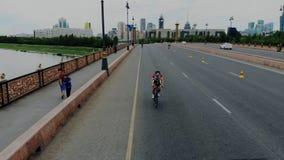 Triathlon światowa rywalizacja dla silnych i jaźni ufnych sportsmans Powietrzny krótkopęd cykliści od różnych krajów zdjęcie wideo