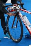Ένας ανταγωνιστής προετοιμάζει το ποδήλατο που προετοιμάζεται για το triathlon Στοκ Εικόνες