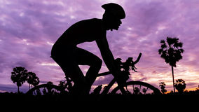 Triathlon de ciclo en el tiempo crepuscular Imagenes de archivo