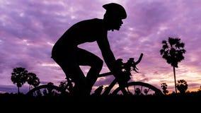 Triathlon do ciclismo no tempo crepuscular Imagens de Stock