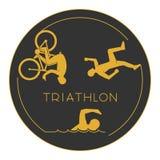Triathlon do logotipo do ouro O ouro figura triathletes Foto de Stock Royalty Free
