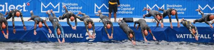 Triathlon, l'inizio, nuoto, uomini Immagini Stock Libere da Diritti