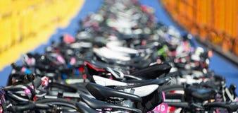 Triathlon la zona di transizione Fotografia Stock