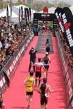Triathlon triathletes bawją się zdrowego ćwiczenia działającą metę zdjęcie stock