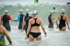 Triathlonists sur la plage de Copacabana le 9 décembre 2017 image stock