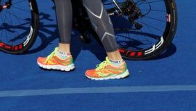 triatlete和自行车车轮的鞋子的 免版税库存照片