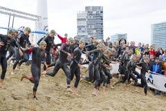 Triatlon Barcelona die - zwemmen Stock Foto's