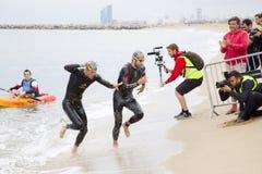 Triatlon Barcelona die - zwemmen Stock Fotografie