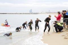Triatlon Barcelona die - zwemmen Stock Afbeeldingen