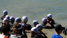 Triatlonagenten in een meer in de triatlonconcurrentie stock video
