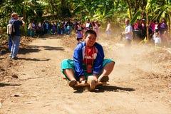 Tribù della collina di Akka che corre un carrello di legno delle 3 rotelle immagine stock libera da diritti