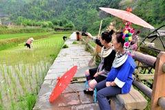 Tribù di Dong con gli ombrelli ed i costumi tradizionali in porcellana Immagine Stock