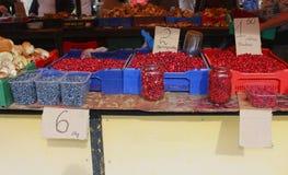 Tribüne von roten und blauen Beeren und von Pilzen, Vilnius, Litauen Lizenzfreie Stockfotos