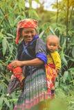 Tribo oman de Hmong que leva sua criança em sua trouxa em Vietname fotografia de stock royalty free