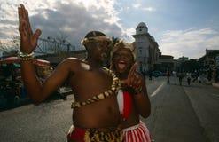 Tribo Zulu que executa nas ruas de Joanesburgo imagem de stock royalty free
