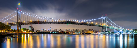 Triboro桥梁全景在晚上 免版税库存图片
