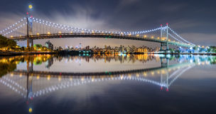 Triboro桥梁全景在晚上 库存照片