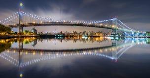 Triboro-Brückenpanorama nachts stockfoto