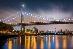 Triboro bro vid natt arkivfoton