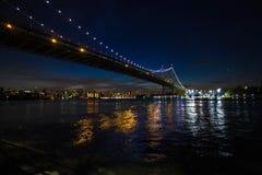 Triborough most nad rzeką i światło od budynków w Manhattan Obrazy Royalty Free