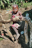 Tribu africaine de Maasai de fille d'enfant, jouant sur un potager Images stock