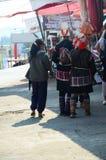 Tribu de Akha que vende el producto un indígena Imágenes de archivo libres de regalías
