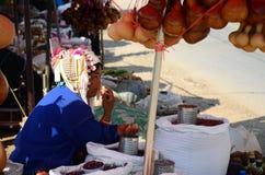 Tribu de Akha que vende el producto un indígena Imagen de archivo libre de regalías