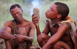 Tribu de débroussailleurs, désert de Kalahari Images stock
