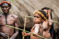 Tribu de Dani de los niños que aprende lanzar una lanza Imagen de archivo libre de regalías