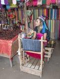 Tribu de Karen del pueblo, mujeres de cuello largo famosas La mujer vende tan Fotografía de archivo libre de regalías