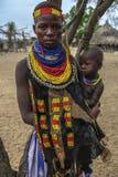 Tribu de Karo en el valle de Omo, Etiopía fotografía de archivo