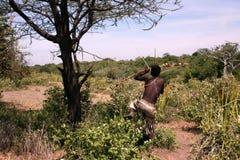 Tribu Hadzabe de los hombres de África Tanzania foto de archivo