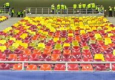Tribuna coloreada del estadio en Rumania Fotos de archivo