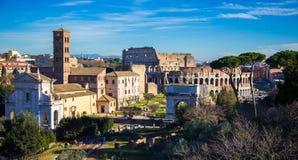 Tribuna romana e Colosseum Fotografia Stock