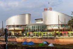 Tribunal Europeo de Derechos Humanos con las tiendas de los manifestantes Fotografía de archivo