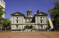 Tribunal pionero, peatón que camina en el frente, Portland, Oregon, los E.E.U.U. 7/5/2015 foto de archivo
