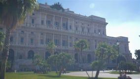 Tribunal Supremo, cavour de la plaza en Roma en un día soleado, palmas del paraíso en el cuadrado cerca de la bandera italiana almacen de video