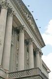Tribunale con le colonne che affrontano il cielo Fotografia Stock Libera da Diritti