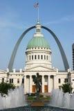 Tribunale di St. Louis ed arco del Gateway con la fontana Fotografia Stock Libera da Diritti