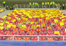 Tribune colorée de stade en Roumanie Photos stock