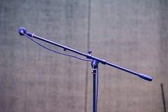 Tribune en microfoon op een festivalstadium royalty-vrije stock foto