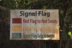 Tribune met beelden van signaalvlaggen voor het zwemmen Stock Fotografie