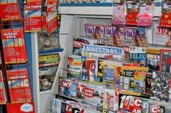 Tribune met de pers Tijdschriften, krant stock fotografie