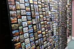 Tribune met herinneringsmagneten in Praag royalty-vrije stock afbeelding